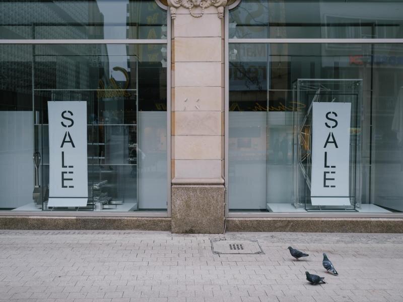 «Sale» steht im leeren Schaufenster einer Modekette in der Innenstadt von Hannover.