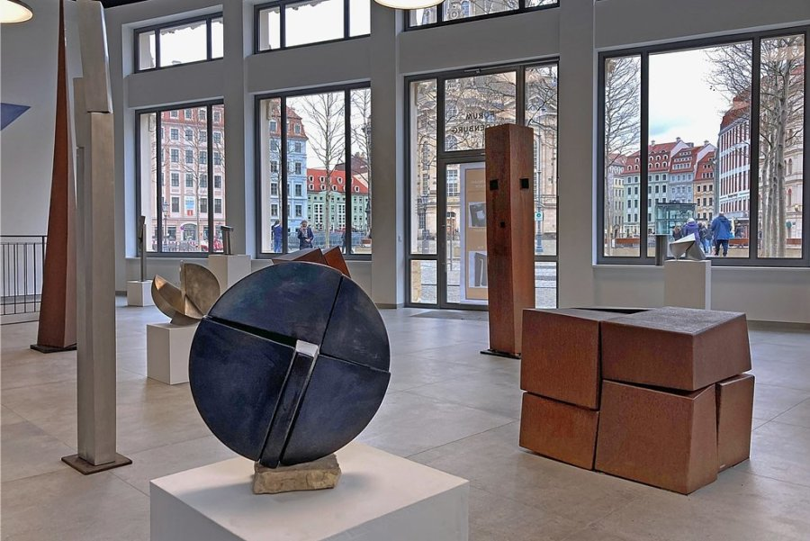 """Blick in die Galerie """"Forum Waldenburg"""" am Dresdner Neumarkt, wo derzeit Stahlplastiken von Wolfram Schneider aus Kuhschnappel zusehen sind. Es handelt sich dabei um einen Querschnitt seines Schaffens aus mehr als vier Jahrzehnten."""