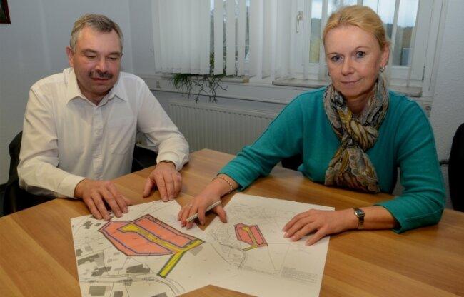 Bürgermeisterin Carmen Reiher (parteilos) berät mit Jens Flößer vom Erschließungsträger die Planungen für das neue Wohngebiet Werda-Süd. Zehn Baugrundstücke sollen dort entstehen.
