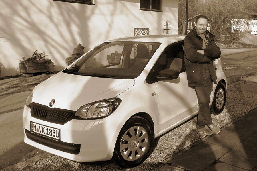 """Da war er noch motorisiert: Vincent Konrad neben seinem geliebten Auto, einem Skoda namens """"Viktor"""". Der 41-Jährige ist gebürtiger Münchner, hat Wirtschaftswissenschaften studiert und arbeitet als Dozent, Jobcoach und Karrieretrainer."""