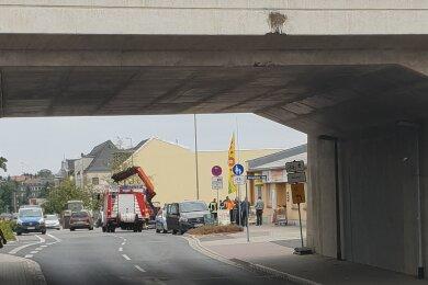 An der Bahnbrücke entstand oberflächlich betrachtet Schaden am Beton.
