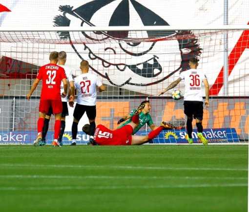 Ronny König (4. v. l.) trifft zum 1:0 für den FSV Zwickau.