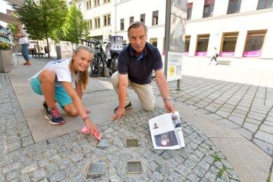Michael Düsing ließ Stolpersteine gegen das Vergessen in Freiberg verlegen. Im Sommer 2020 war er dabei, als Freiberger Läufer, hier Pia Skovgaard-Sörensen, die Gedenksteine in der Innenstadt säuberten.