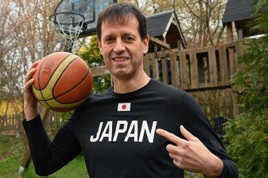 Torsten Loibl, hier vor seinem Basketballkorb im eigenen Garten in Chemnitz, ist seit 2018 als Nationaltrainer für die 3x3-Basketballteams Japans verantwortlich. In dieser Funktion wird er im Sommer bei den Olympischen Spielen in Tokio dabei sein - wenn die Spiele denn stattfinden. Loibl ist optimistisch, dass die Gastgeber trotz Pandemie alles in den Griff bekommen.