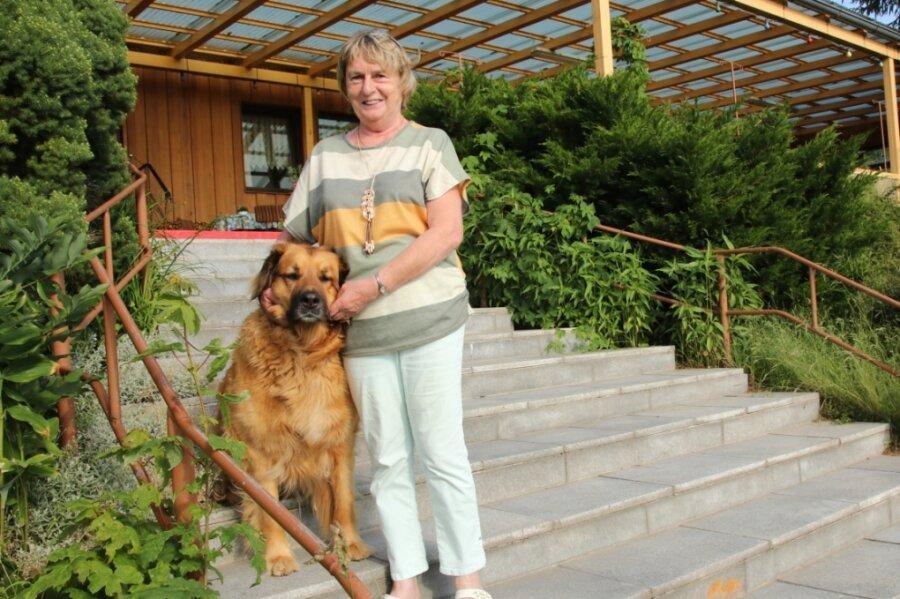 """Die Pension """"Sonnenblick"""" in Pechtelsgrün wird Elke Franke (hier mit Hündin Bella) nicht wieder eröffnen. Corona hat sie zu einem vorzeitigen Aus genötigt. Jetzt hat ein Interessent die Absicht, die Immobilie für Wohnzwecke umzubauen."""