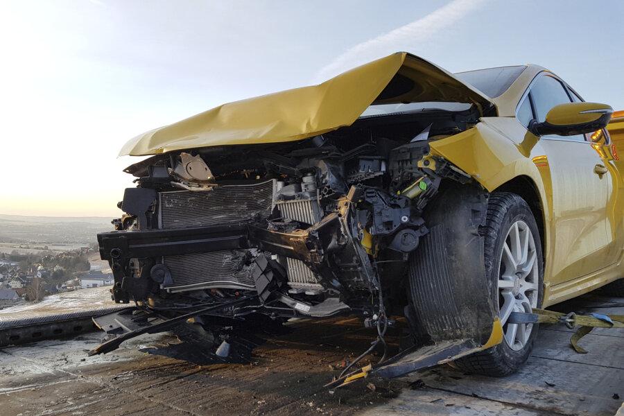 Bei dem Unfall wurden drei Personen schwer verletzt.