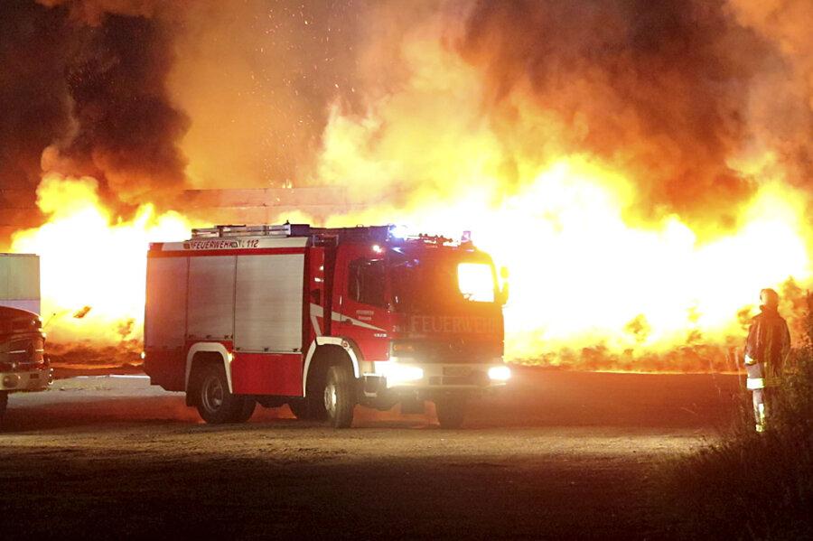 In einem Agrarbetrieb in Bieberstein ist in der Nacht zu Sonntag ein Großbrand ausgebrochen.