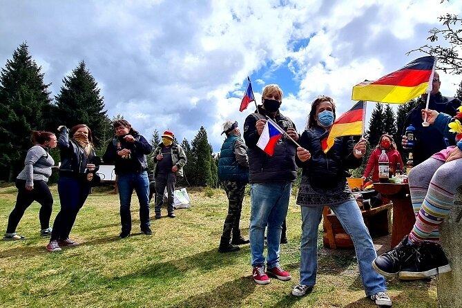 Im Niemandsland zwischen Neuhausen und Kliny haben sich am Samstagnachmittag 25 Deutsche und Tschechen zu einem Grenzpicknick getroffen.