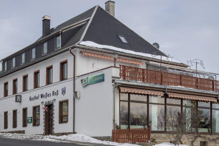 """Der Gasthof """"Weißes Roß"""" gehört zum Ortsbild in Schönfeld einfach dazu. Doch nun soll es schließen und nur noch für Einmietungen zur Verfügung stehen. Den ersten Lockdown haben die Kmells relativ gut überstanden. Jetzt musste sich die Inhaberin aber einen neuen Job suchen, bevor das Geld zu Ende geht. Sie haben die Reißleine gezogen."""