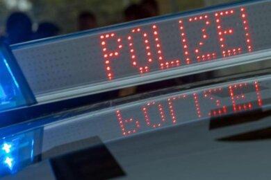 Bei einer Auseinandersetzung vor einem Jugendclub in Thum sind in der Nacht zum Samstag drei Männer verletzt worden.