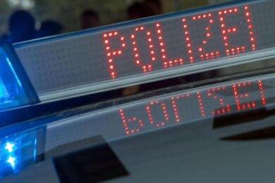Ein unbekannter Mann hat am Dienstag in Plauen einen Fußgänger (36) zu Boden gestoßen. Dabei verletzte sich der Umgestoßene.
