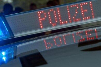 Bei Grün fuhr er rückwärts statt vorwärts: An einer Ampelkreuzung in Plauen hat am Montag der Fahrer (47) eines VW-Transporters einen Skoda gerammt. Danach kam heraus: Der Mann war alkoholisiert.