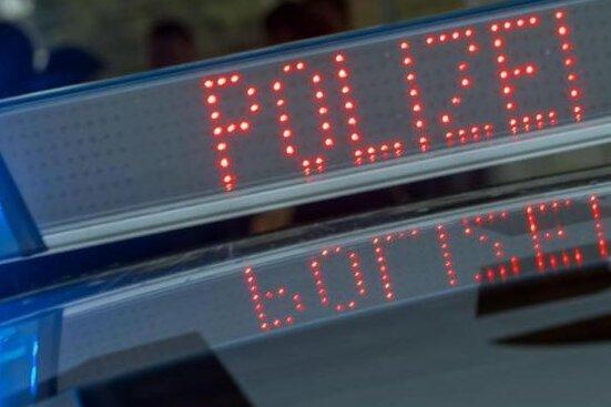 Polizei kontrolliert Tempolimit - Fahrer will Blitzer klauen