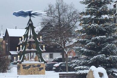 Sowohl auf der Pyramide als auch am Weihnachtsbaum in Lauters Innenstadt leuchten noch die Lichter.