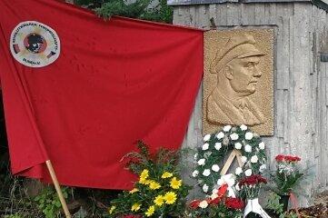 Blumen vor dem Denkmal.