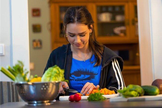 Wer sich vegetarisch ernähren will, muss Gemüse schnippeln. Charlotte aus Dresden verbringt jetzt viel Zeit damit.
