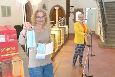 Das Stadt- und Bergbaumuseum Freiberg - hier Tina Berthold (l.) und Leiterin Andrea Riedel - behält Mundschutzpflicht und Absperrband bei.