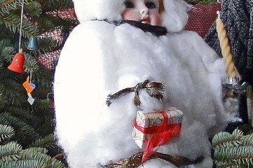 Eine Wattepuppe hat im Unterschied zur Wattefrau einen Puppenkopf aus Porzellan.