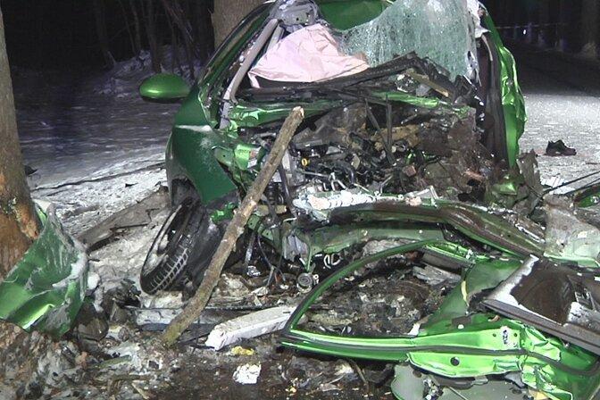 Auf der S 274 ist am Montagabend ein Mazda frontal gegen einen Baum geprallt. Der Fahrer (33) starb noch am Unfallort.