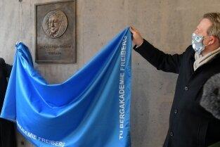 OB Sven Krüger (r.) und Rektor Klaus-Dieter Barbknecht enthüllten das Bronzerelief.