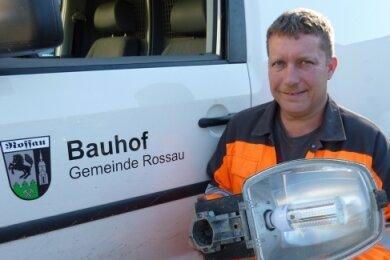 Bauhof Rossau: Jens Stockmann ist für die Straßenbeleuchtung in der Gemeinde zuständig, die auf LED-Lampen umgerüstet wird.