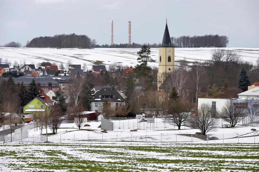 Die Kirche in Niederbobritzsch prägt die Silhouette des Ortes. Der Westturm wurde erst im Jahr 1853 errichtet, doch die Saalkirche ist älteren Datums. Die Jahreszahl 1513, die in einem Strebepfeiler zu finden ist, weist auf die Entstehungszeit hin. Im Hintergrund sind die Schlote von Muldenhütten zu erkennen.