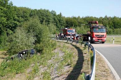 Der VW landete in einer Böschung neben der Abfahrt Wüstenbrand, der Fahrer wurde schwer verletzt.