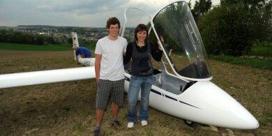 """<p class=""""artikelinhalt"""">Haben gut Lachen: Felix Meißgeier und Isabell Möckel setzten das Segelflugzeug sicher auf einem Acker bei Lambzig auf. </p>"""