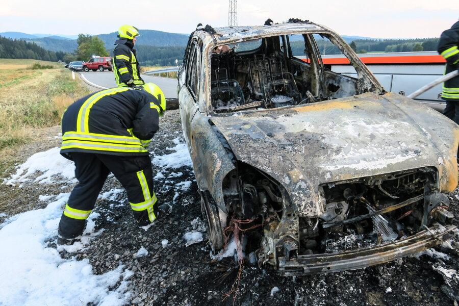 Auto eines Feuerwehrmanns in Flammen - Erzgebirger muss eigene Kameraden alarmieren