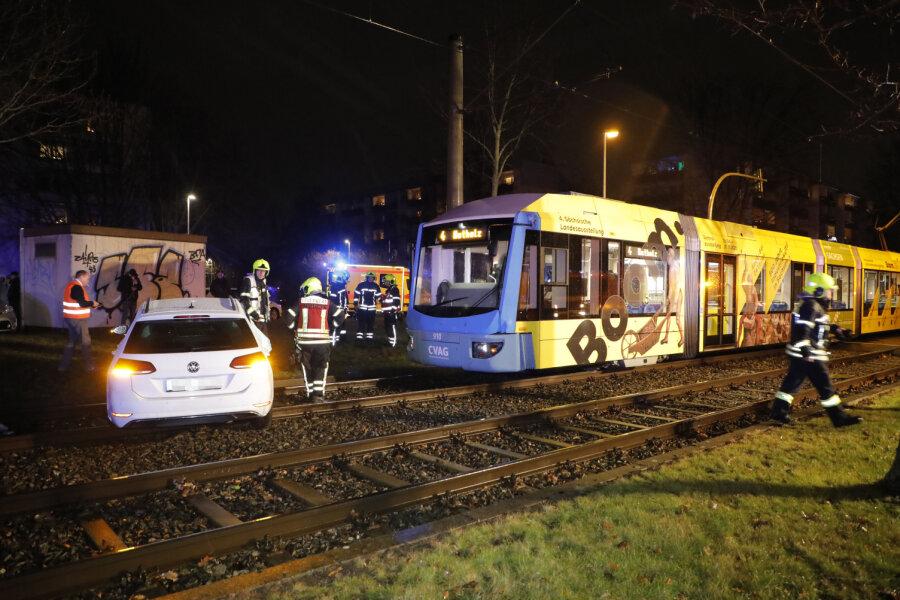 Auto kollidiert mit Straßenbahn
