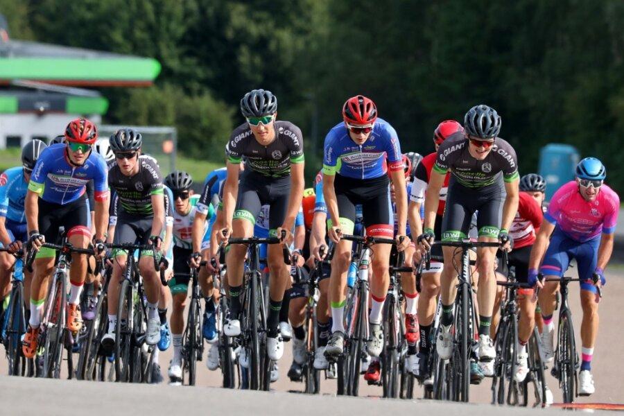 Dicht gedrängt: Knapp 40 Teilnehmer starteten beim 77. Sachsenringradrennen im Wettkampf der Elite-Fahrer.