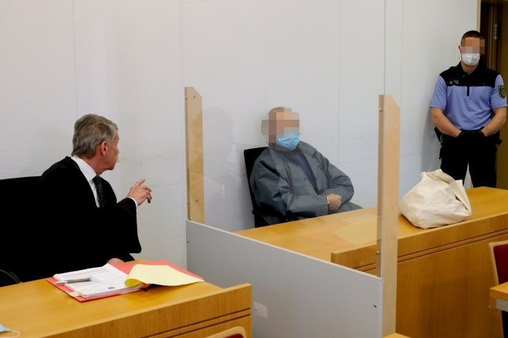 Der 63-Jährige, der im August den Dreiseitenhof seiner Familie in Weißbach niedergebrannt haben soll, musste sich am gestrigen Montag erstmals vor dem Landgericht Chemnitz verantworten.