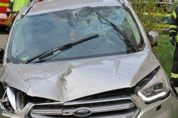 Erhebliche Schäden am Ford nach dem Unfall.