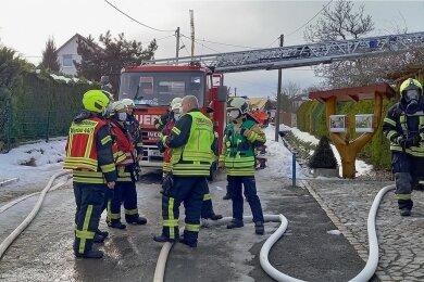 Mit einem Großaufgebot waren die Feuerwehren aus Werdau sowie aus den Ortsteilen Leubnitz und Steinpleis angerückt.