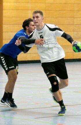 Der Annaberger Benjamin Päßler kann in dieser Szene Borstendorfs Christopher Zietzsch, der sechs Tore erzielte, nicht stoppen.