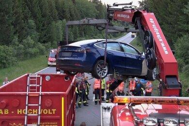 Ein Container für den Brandschutz: Nach dem Unfall mit drei Toten am 21. Juni auf der S 255 zwischen Aue und Hartenstein musste der verunglückte Tesla mit Spezialtechnik abtransportiert werden. Experten befürchteten die Selbstentzündung der Batterien des Elektroautos.
