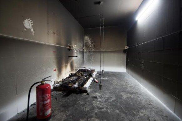 Schmiedeberg im Osterzgebirge am 18. August 2016: In diesem Raum wurde der Feuertod des Afrikaners Oury Jalloh nachgestellt. Der mit Sensoren, Schweinehaut und Fett versehene Dummy ist nach dem Brandversuch noch in Teilen erhalten.