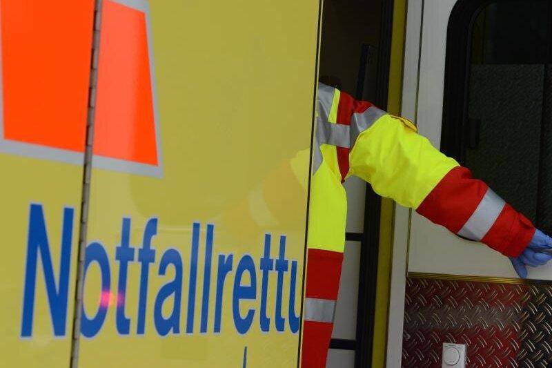 Ein Rettungsassistent steigt in einen Rettungswagen.