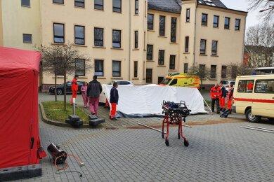 Mitarbeiter des DRK Rettungsdienstes bauen Zelte am Paracelsus-Klinikum Reichenbach auf.