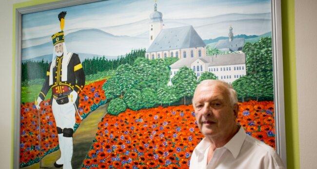 Adelbert Gründig mit seinem neuen Bild in der Seniorenresidenz am Markt.