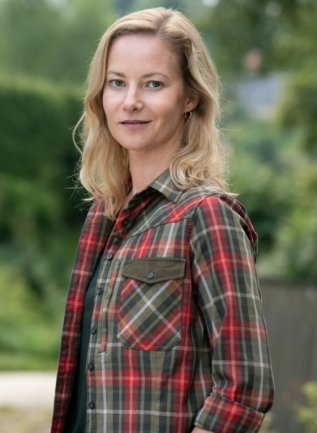 """Teresa Weißbach ist im Erzgebirge aufgewachsen und spielt im neuen Erzgebirgskrimi """"Sterben statt erben"""", der im Auer Ortsteil Alberoda und Umgebung gedreht wurde, die Försterin Saskia Bergelt."""