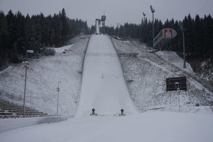 Die Vogtland-Arena in Klingenthal zeigt sich schon recht winterlich. Die Vorbereitungen für den Weltcup im Februar laufen.