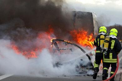 Ein Wohnanhänger ist gegen Montagmittag auf der Bundesstraße 93 in Höhe der Abfahrt zur Autobahn 4 bei Meerane ausgebrannt.