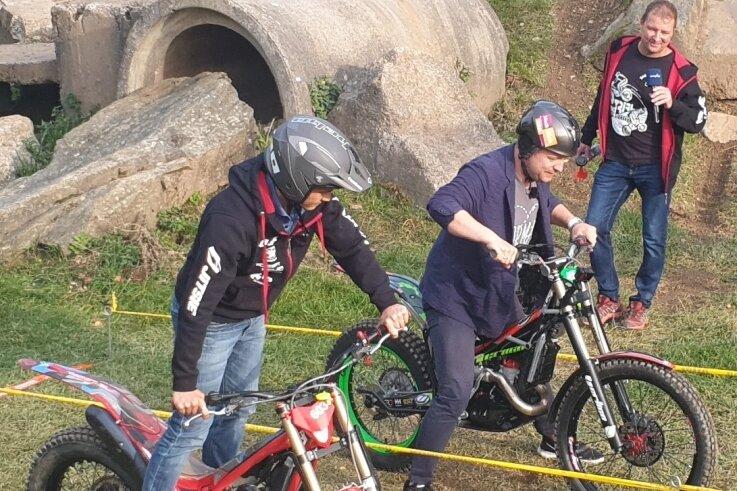 Bürgermeister Nico Dittmann (l.) machte gegenüber MDR-Moderator Mario Richardt die besseren Stehversuche auf dem Motorrad.