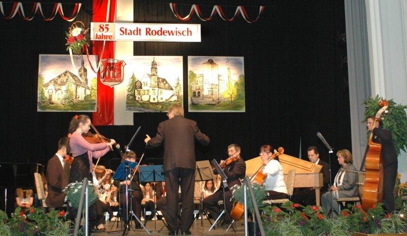 """<p class=""""artikelinhalt"""">Schüler und Lehrer der Musikschule Rodewisch (im Bild das Kammerorchester) und des Pestalozzi-Gymnasiums gestalteten das Programm zum Festakt anlässlich des 85. Stadtgeburtstages.</p>"""