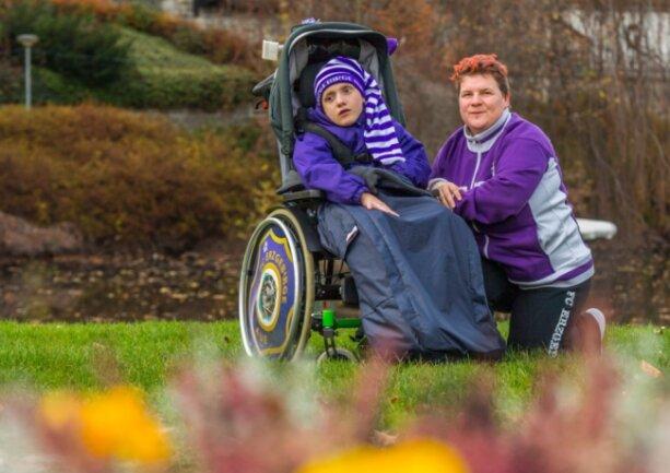 Seit vielen Jahren Fans des FC Erzgebirge Aue: Christina Nitzsche und ihr Sohn Paul. Auch im Rollstuhl hat Paul schon oft mit im Stadion gesessen, aber jetzt ist der Transport zum Problem geworden.