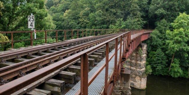 Die alte Eisenbahnbrücke über die Mulde zwischen Lunzenau und Rochsburg sieht auf den ersten Blick gut in Schuss aus, aber laut Stadtchef Ronny Hofmann müsste in den Folgejahren in den Erhalt kräftig investiert werden.