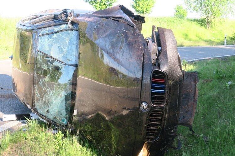 In diesen BMW wurden zwei Menschen schwer verletzt