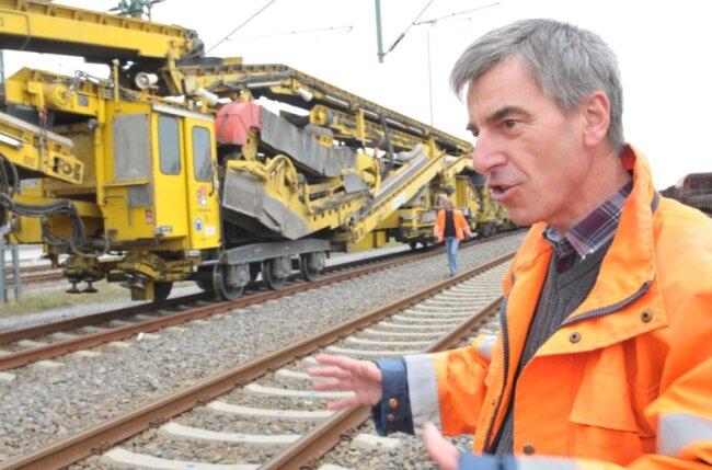 """<p class=""""artikelinhalt"""">Bauleiter Hartmut Freund vor dem Umbauzug am Freiberger Bahnhof. Das Monstrum rückt seit Mittwochnacht gen Frankenstein vor. </p>"""