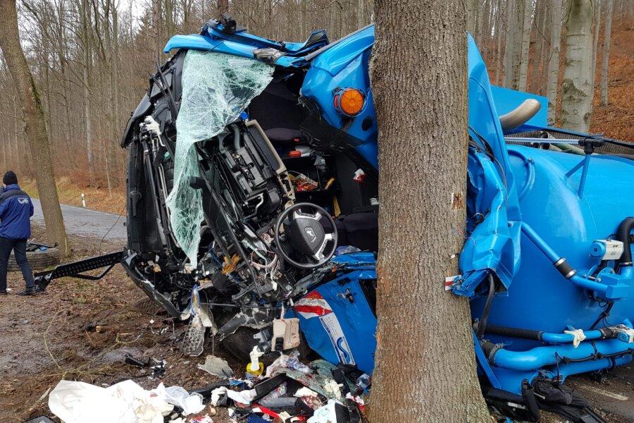 Lkw zwischen Rechenberg und Bienenmühle umgekippt - Fahrer schwer verletzt